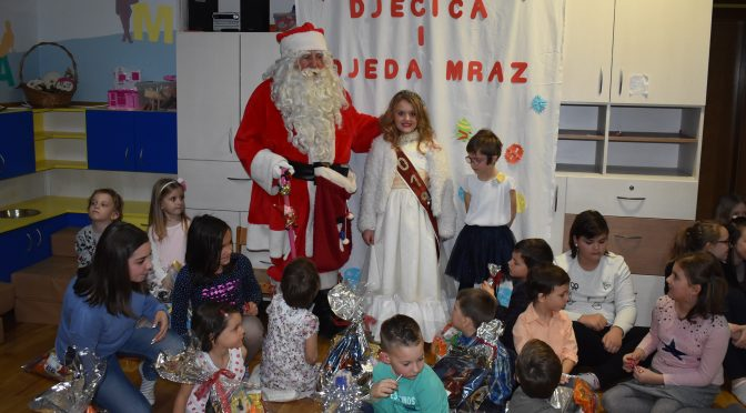 Djeda Mraz darivao poklone djeci Duge